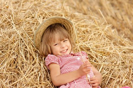 畑に小麦の女の子 写真素材