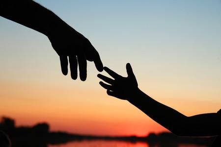 素敵なシルエットの親と子の手
