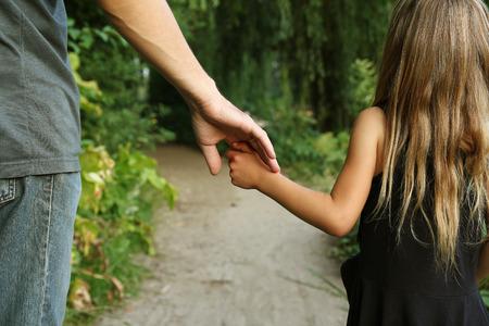 El padre tiene la mano de un niño pequeño Foto de archivo - 61285055