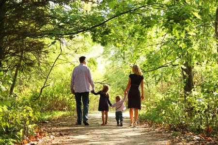 若い家族は、自然に一緒に歩く 写真素材