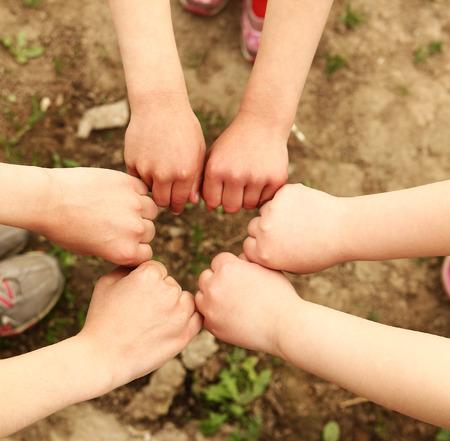 niños de diferentes razas: manos de un grupo feliz de niños Foto de archivo