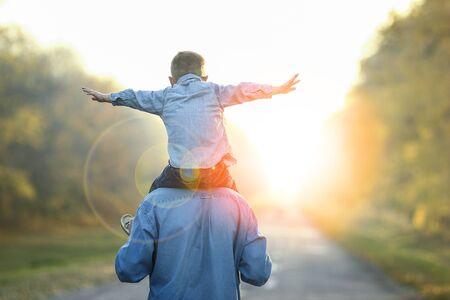 feliz padre e hijo caminan en la naturaleza