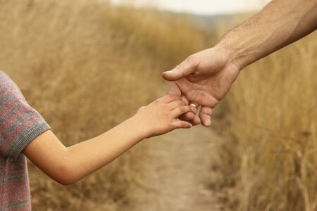 the parent holds the hand of a small child Banque d'images