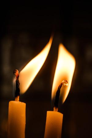 brandende kaars maakt licht in zicht Stockfoto