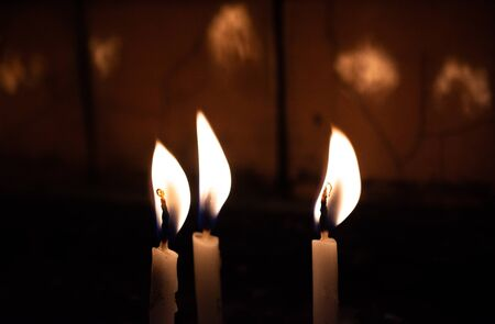 Candle lights in the darkness. Abstract candles background. Hope, fire. 免版税图像