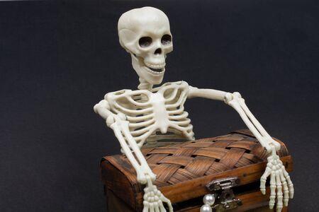 Skeleton holding a treasure chest.  Death concept Banque d'images