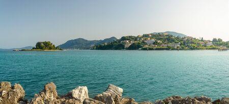 Korfu, Kerkyra Blick von der Küste auf die Pantokrator-Kirche auf der Insel Pontikonisi.