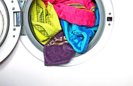 lavando ropa: Toallas de colores en la lavadora Foto de archivo