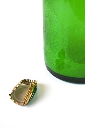 Zerknittertes Kappe auf den Boden einer leeren Bierflasche Standard-Bild - 10002207