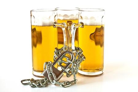 shackled: Tres pintas de cerveza grilletes con cadenas y bloqueado con un candado