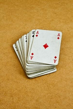 Old Spielkarten auf einem Holztisch Standard-Bild - 10582289
