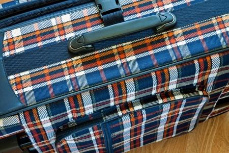 trompo de madera: Detalles de la bolsa de viaje de color de tela en la parte superior de madera Foto de archivo
