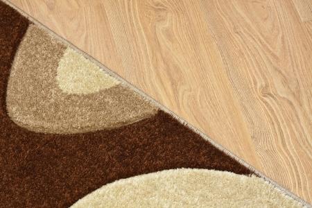 Detail der Teppich in braun, beige und weißen Farben auf Laminat Standard-Bild - 14476010