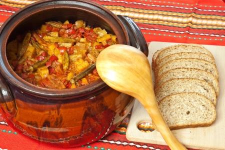 Bulgarian national dish - Gemüseeintopf zubereitet und in einem Keramik-Topf serviert Standard-Bild - 22033427
