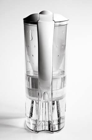 Krug zum Filtern Leitungswasser in Dual Tone Farben Standard-Bild - 24470371