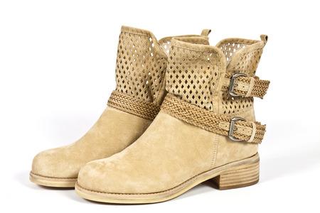 Stilvolle Stiefel Frauen beige Leder mit Metallschnallen Standard-Bild - 31816237