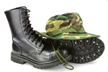 Camouflage-Hut und Stiefel militärische Ausrüstung der Streitkräfte Standard-Bild - 53492673