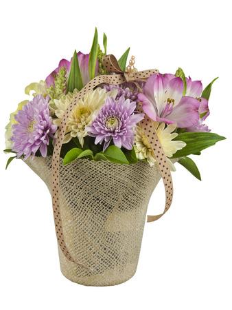 Schöne Blumen in einem Korb angeordnet Standard-Bild - 79962453