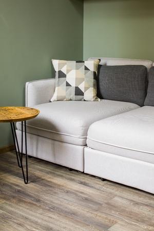 Detalle del interior de una sala de estar con muebles elegantes