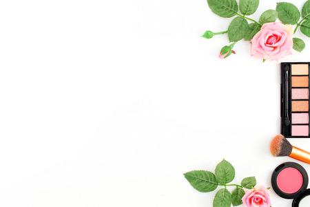 fond de texte: Maquillage Cosmétiques avec Vintage Roses sur fond blanc, plat Lay style avec Espace texte gratuit
