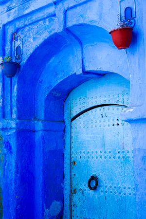 Traditional and Beautiful Blue Door,Old Medina, Chefchaouen, Blue City of northwest Morocco Standard-Bild - 101100800