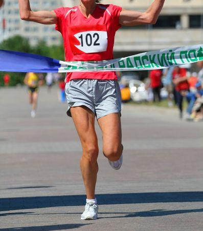 end line: Acabado ejecutar mujer en el marat�n de la competencia