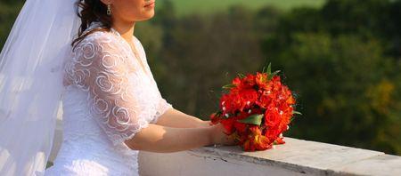 La novia con el ramo de flores. Domingo del tiempo Foto de archivo - 3648188