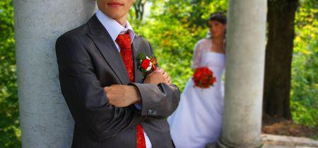 Novia cerca de la columna. Fuera de foco novia Foto de archivo - 3648189