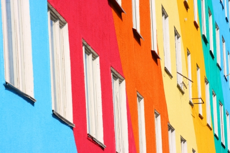 fachada: Positive house. Blue, red, green, orange colors. Imagens