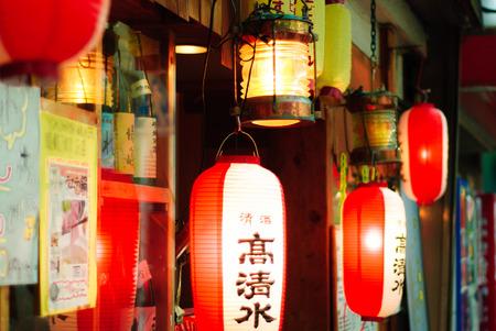 invitando: Linternas fuera de los restaurantes en Jap�n invitando a los clientes.