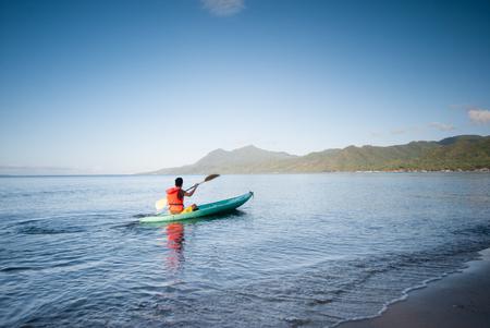 Paseo por la mañana en la playa de Lobo, Batangas, Filipinas. Foto de archivo - 49210039