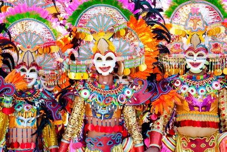 Kleurrijk masker tijdens de dansparadijs op Masskara Festival, Bacolod City, Filipijnen