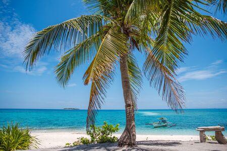 Île tropicale de Masbate, Philippines avec ses plages de sable blanc et ses eaux bleues.