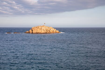 Pequeña isla con la bandera catalana independentista