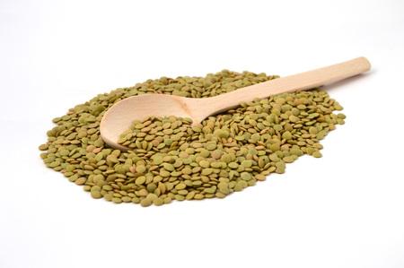 木のスプーンとレンズ豆