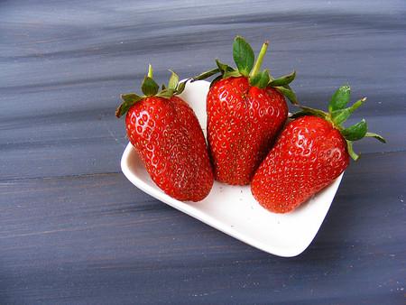 zvýšil: Přírodní jahody obrazy v nejkrásnějších záznamech, nádherné jahody v talíři