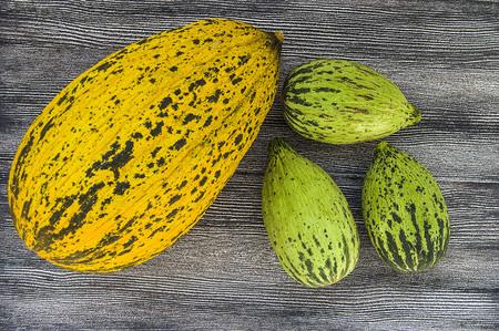 Volle unreife kleine Melonen und vollreife Melonenbilder, Standard-Bild - 86693864