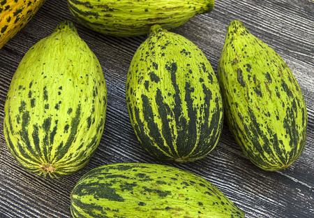 Volle unreife kleine Melonen und vollreife Melonenbilder, Standard-Bild - 86693866