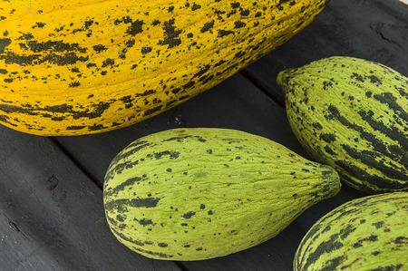 Volle unreife kleine Melonen, rohe Melonenbilder, schneiden eine kleine Melone mit einem Messer, essen eine unreife Melone, unreife kleine Melonen, Standard-Bild - 86693871