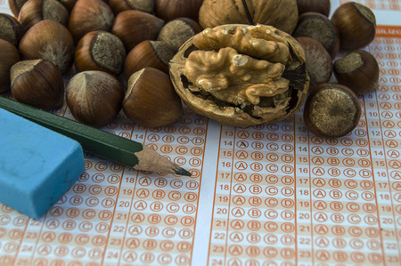 walnut food exams open the wisdom, walnuts improve the brain and advance intelligence, students regularly eat walnuts.He survives the walnut meal,