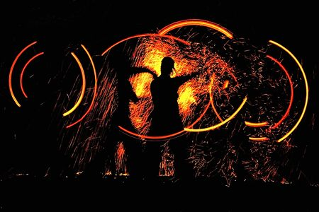 clubbers: baile de la noche con fuego  Foto de archivo