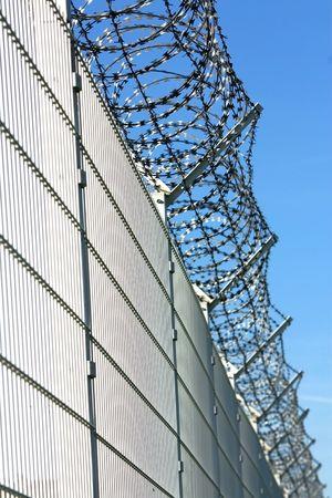 セキュリティの有刺鉄線のフェンス