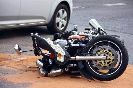casco de moto: accidente de moto en la calle de la ciudad  Foto de archivo