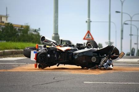 casco de moto: accidente de motocicleta en la carretera de la ciudad