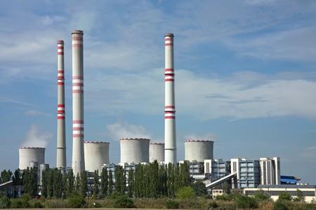 石炭発電所煙突と冷却塔