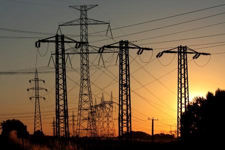 hoogspanningsmasten: elektrische hoogspannings-elektriciteitsleiding en transmissie toren  Stockfoto