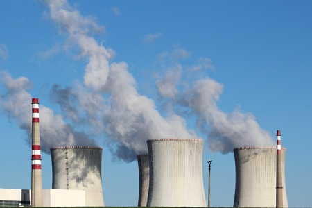 evaporacion: la antigua estación de energía atómica con cuatro torres Coolin