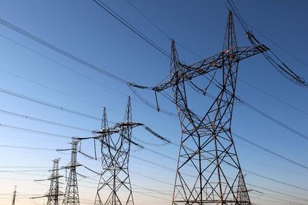 torres de alta tension: torres de alta tensión eléctrica en la línea