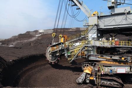 mijnbouw: grijze wielen winnen van steenkool graafmachine