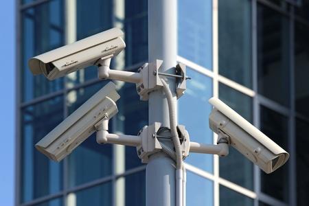 通りのパイロンに 3 つの cctv セキュリティ カメラ
